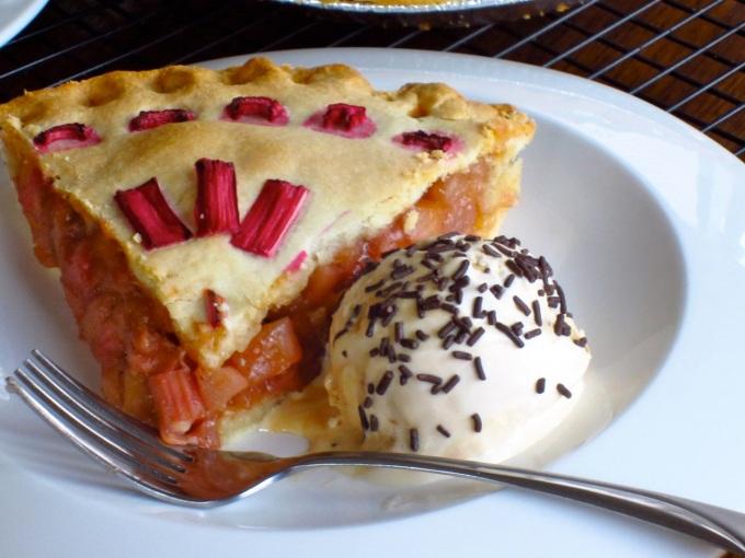 Featured Rhubarb Apple Pear Pie myfavouritepastime.com_6192_2
