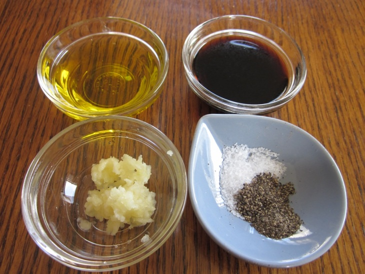 Balsamic Vinegar Dressing with Garlic_7606