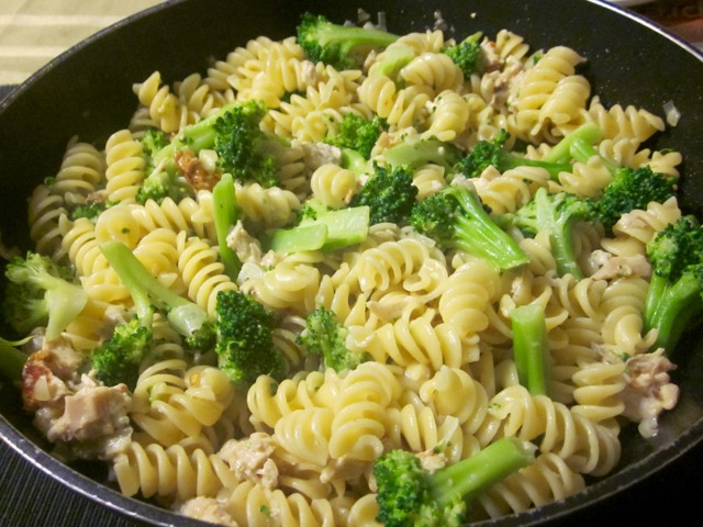 Cheesy Pasta with Chicken and Broccoli myfavoritepastime.com